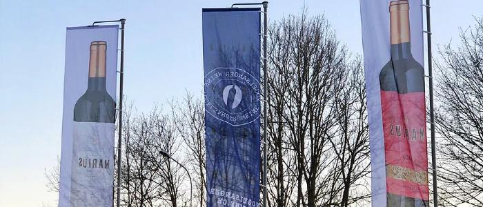 Publicité des drapeaux comme supports de signalisation et d'information